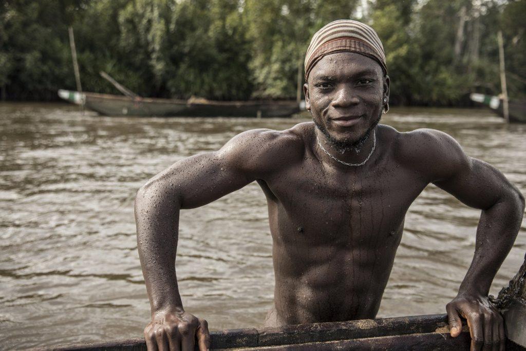 Один из добытчиков песка, Камерун.