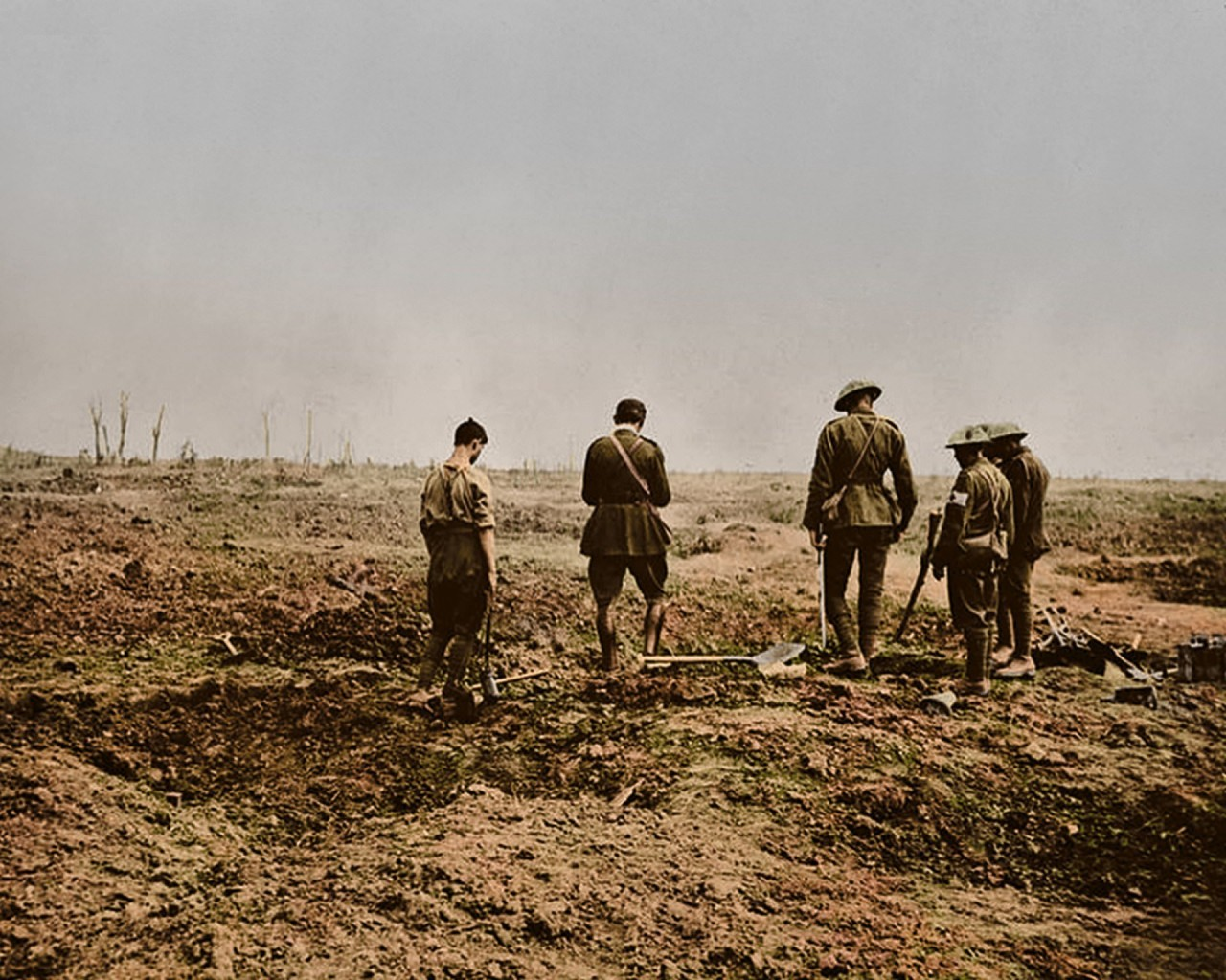 Военный капеллан проводит погребальную службу. Битва за Гиймон (район реки Соммы), 4 сентября 1916 г. архивное фото, колоризация, колоризация фотографий, колоризированные снимки, первая мировая, первая мировая война, фото войны