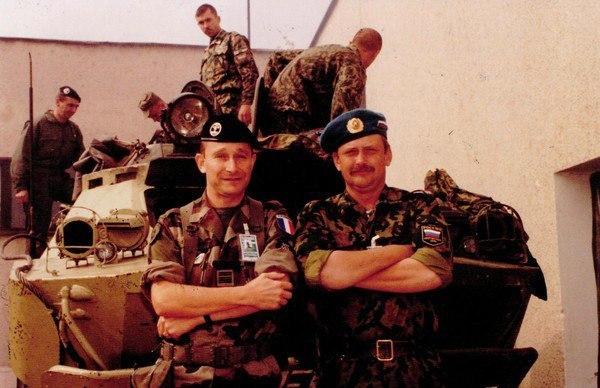 Французские и российские военные во время миротворческой миссии ООН, август 1999 года, Косово