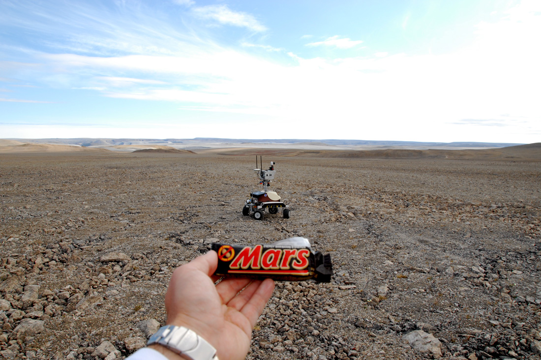 На фото с Марса попал космонавт обслуживающий марсоход