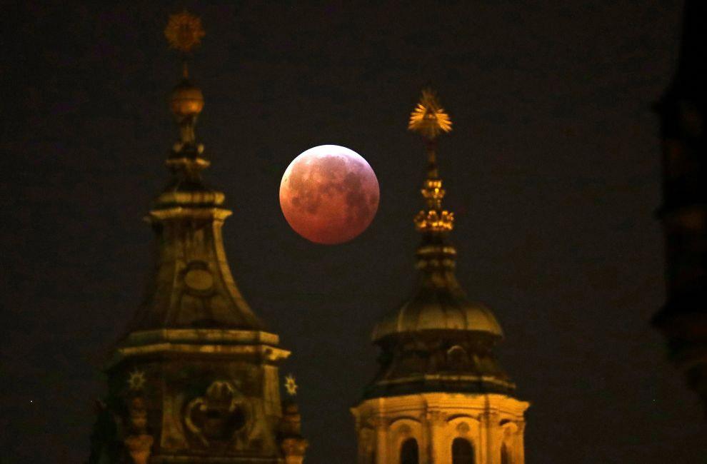 Кровавая волчья супер-Луна в Праге