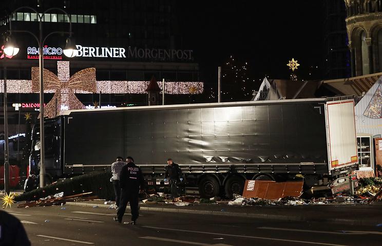 В Берлине произошел теракт. Полиция подозревает беженцев.