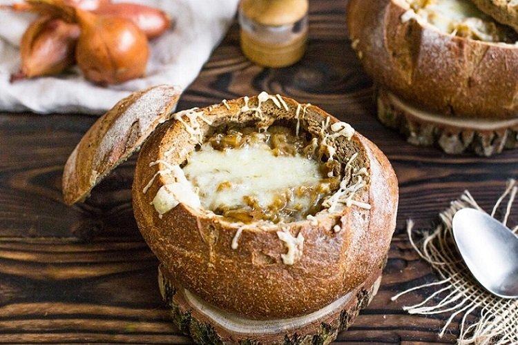 Чешский луковый суп в хлебе