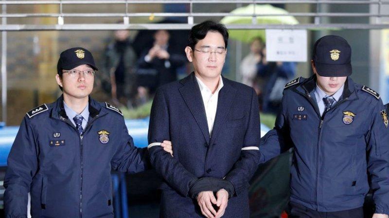 в той же Корее арестовали Ли Чже Ена - главу Самсунг - одной из крупнейших мировых компаний взятка, имхо, казнокрады, коррупция, оценочное мнение