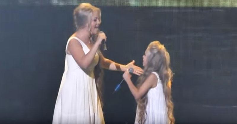 Две сестры покорили всю Сеть, спев легендарную песню. Это нужно слышать!