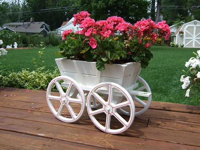 Украшением сада может стать такой необычный вазон для цветов, что понравится точно.