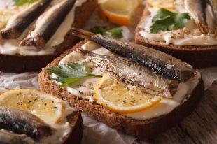 Разинув шпрот. Что вреднее — рыбные консервы или плавленый сыр?