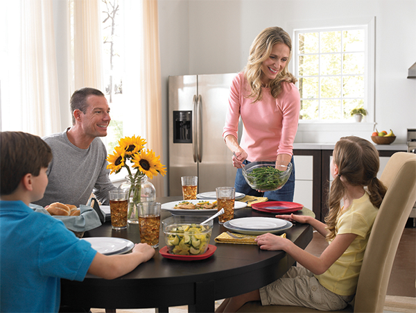 Телевизор за ужином лучше выключить, а мобильные телефоны — убрать.