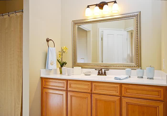 Зеркало в ванную с багетной рамкой