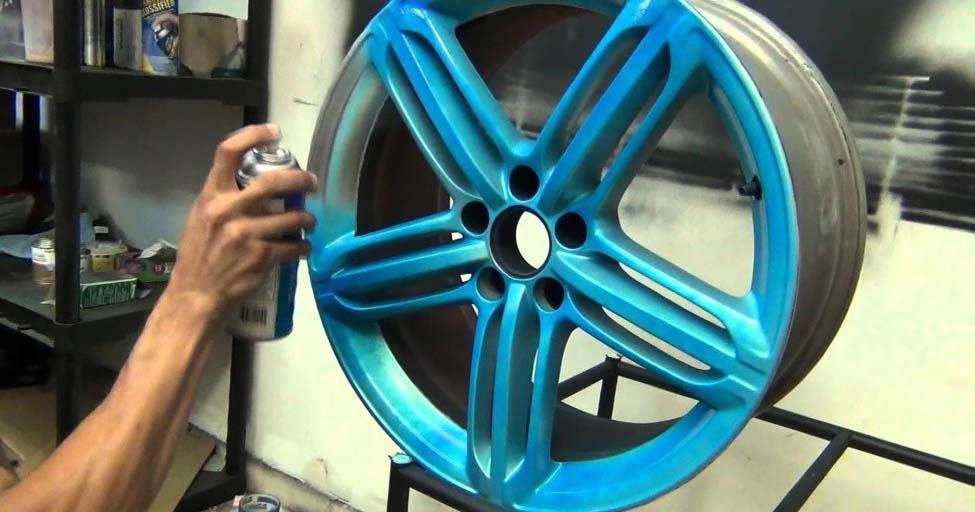 Мастер превратил диски от старых колес в потрясающее украшение для участка