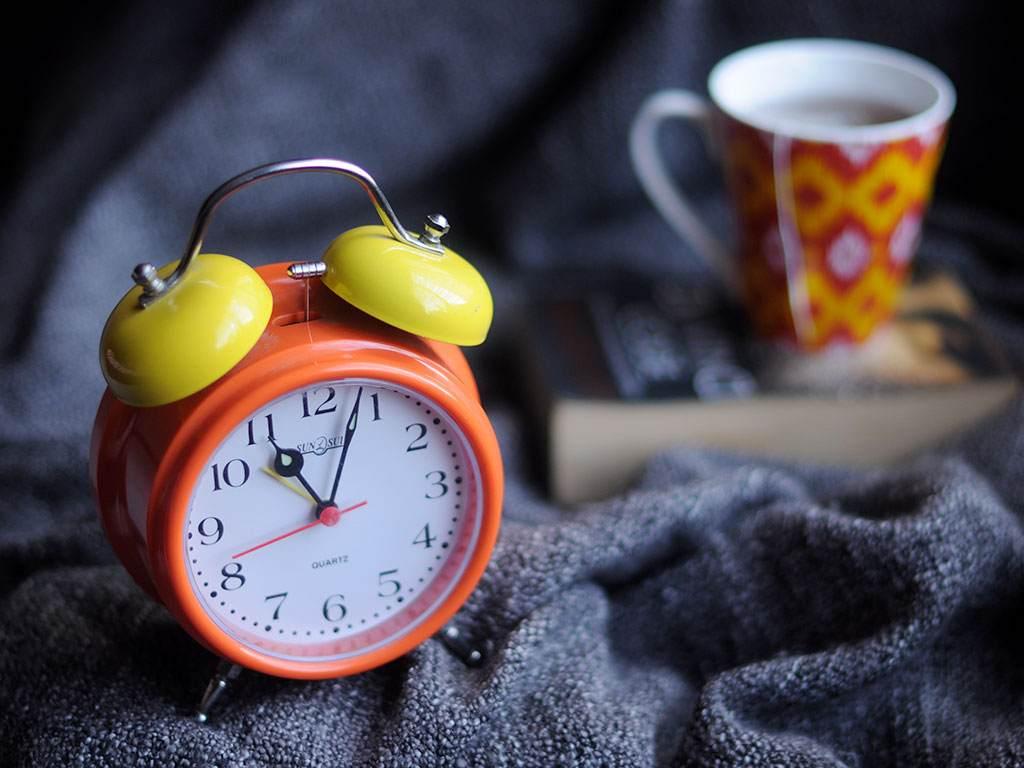 Почему люди просыпаются за несколько минут до звонка будильника