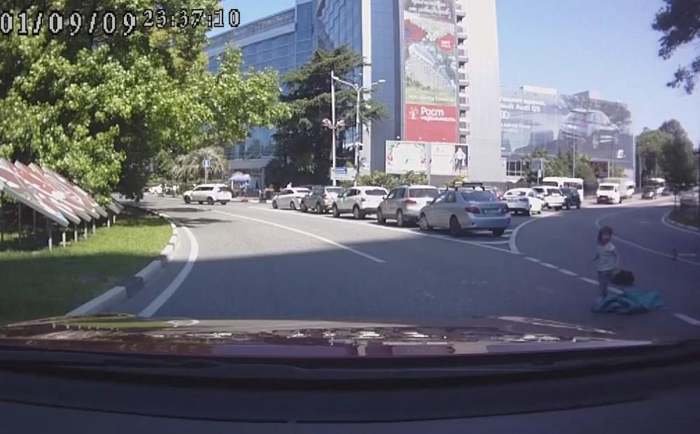 Двое детей на полном ходу вывались из багажника авто в Сочи. За рулем была их мать…
