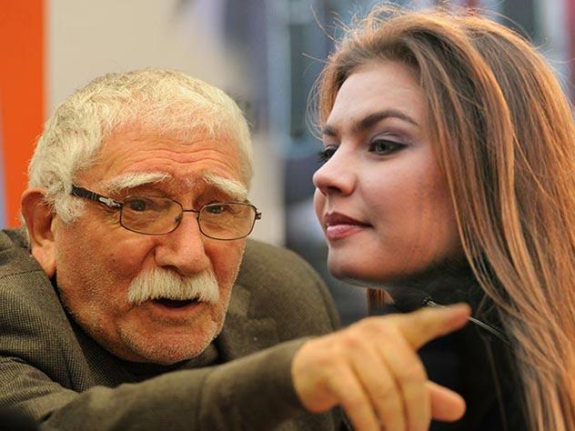 Алина Кабаева негласно опекает оставшегося без жены Джигарханяна