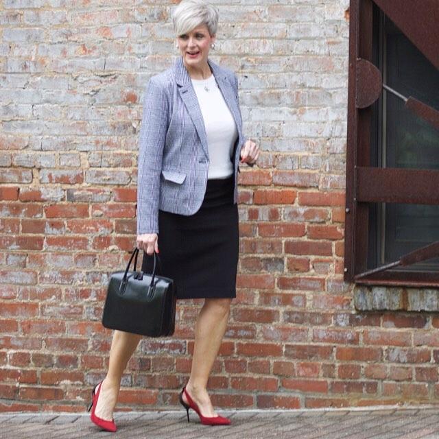 10 отличных образов носить прямую юбку миди женщине 50+