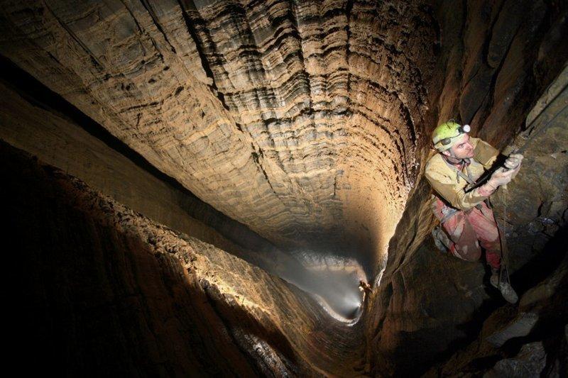 Путешествие к центру Земли: ученые открыли самую глубокую в мире пещеру