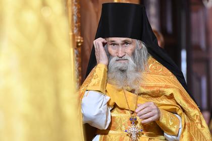 Духовник патриарха во время службы благословлял только богатых прихожан