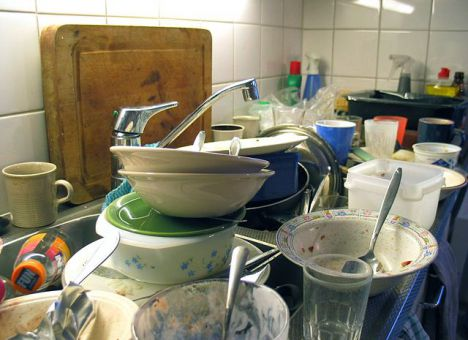 Даже такую гору грязной посуды легко можно отмыть с помощью натуральных средств