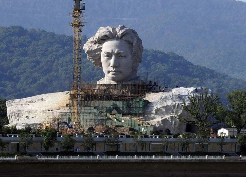 В Китае построили огромную голову Мао к 116 дню рождения вождя