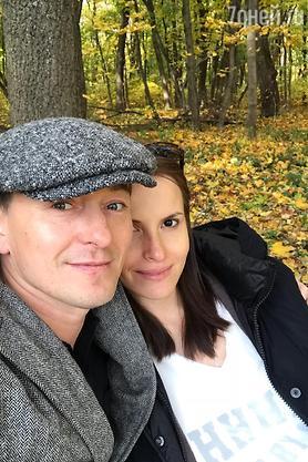 Картинки по запросу Сергей Безруков сделал селфи с «глубоко» беременной женой