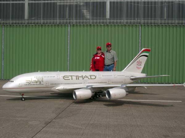 Радиоуправляемый самолёт. Хотели бы поуправлять таким? большие игрушки, большие мальчики, прикол, юмор