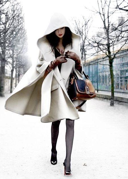Белый кейп на уличной моднице