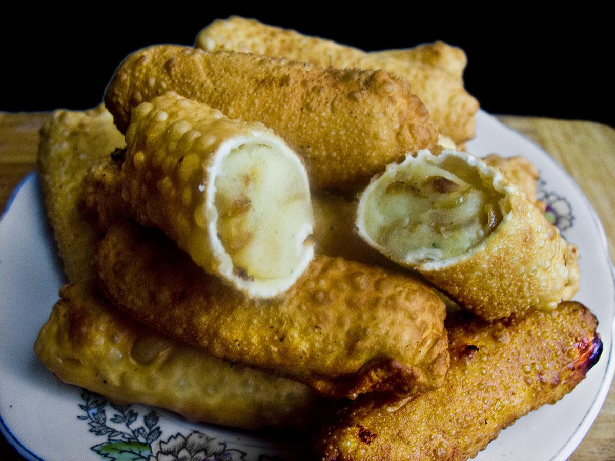 Колбаски с картофельным пюре и жареным луком