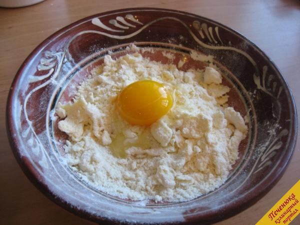 4) Одно яйцо добавим в тесто, во втором отделим желток от белка. Желток оставим для смазывания поверхности пирога, а белок используем также в тесто.