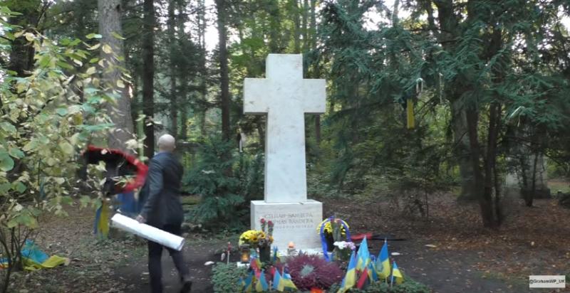 """""""Здесь похоронен украинский нацист"""". Грэм Филипс подкорректировал могилу Бандеры"""