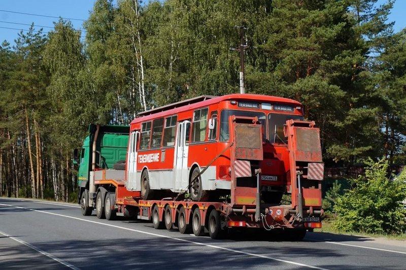 Трал везёт ЛиАЗ из Ульяновска. Посередине борта виден лючок, под которым скрываются разъёмы для подключения оборудования ЛиАЗ 677, авто, автобус, лиаз