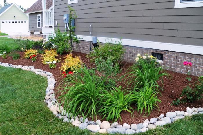 Очень хорошо подходят для разграничения газона и создания ограждений для клумб обычные природные камни.