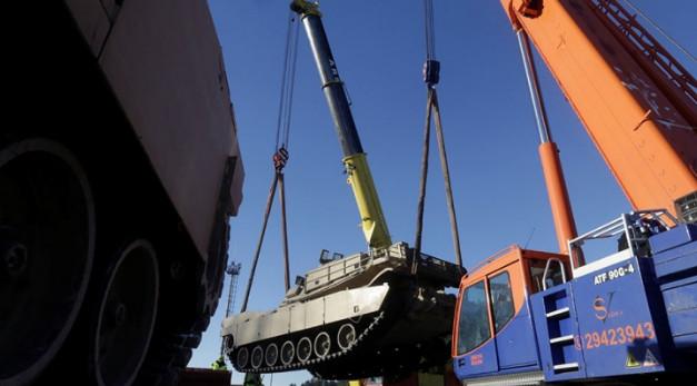США начали переброску военной техники в Восточную Европу
