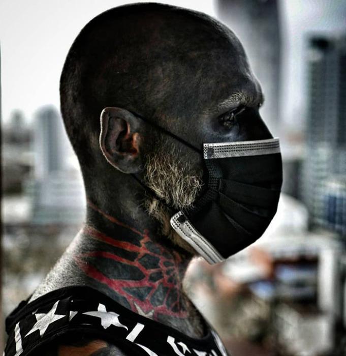 Адам Цурликале из Польши зататуировал 90% своего тела черным цветом
