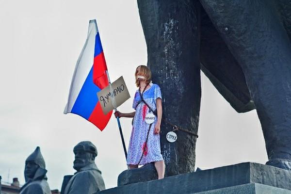 В Новосибирске девушка приковала себя к памятнику Ленину