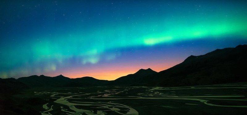 Танец северного сияния над горным хребтом дрон, исландия, кадр, красота, мир, природа, съемка