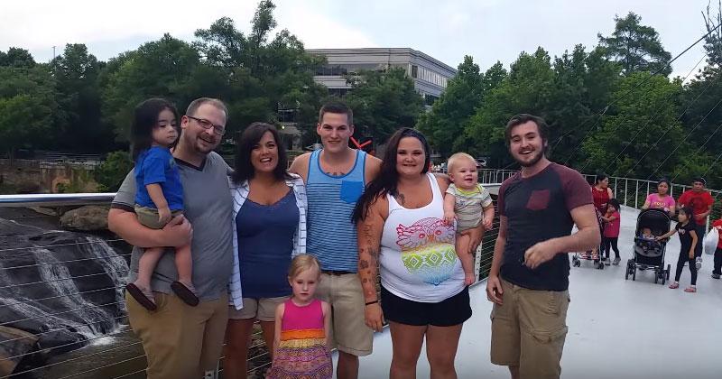 Семья выстроилась для фото. Внезапно фотограф объявил, что они кое о ком забыли…