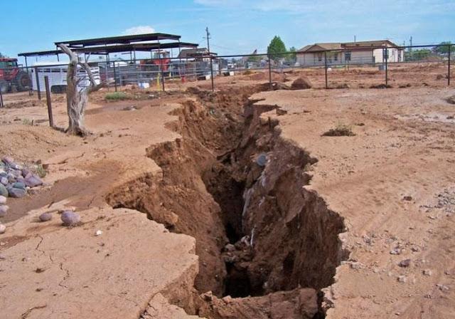 В Мексике в трещину в земле провалились улица и дома
