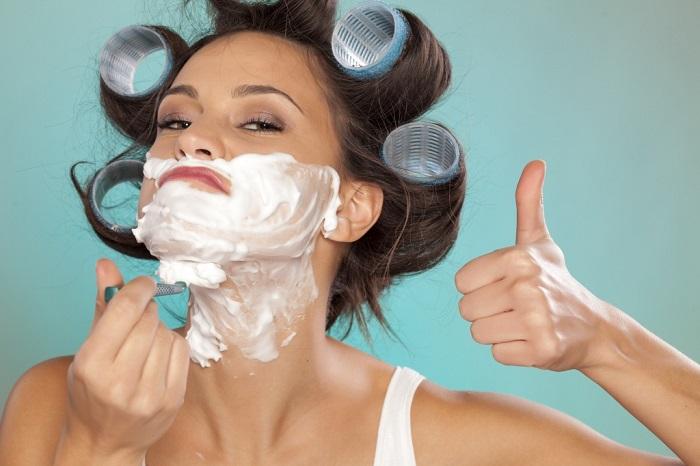«Брить или не брить?» − вот в чем вопрос. В сети набирает обороты странный тренд: бритье лица для женщин