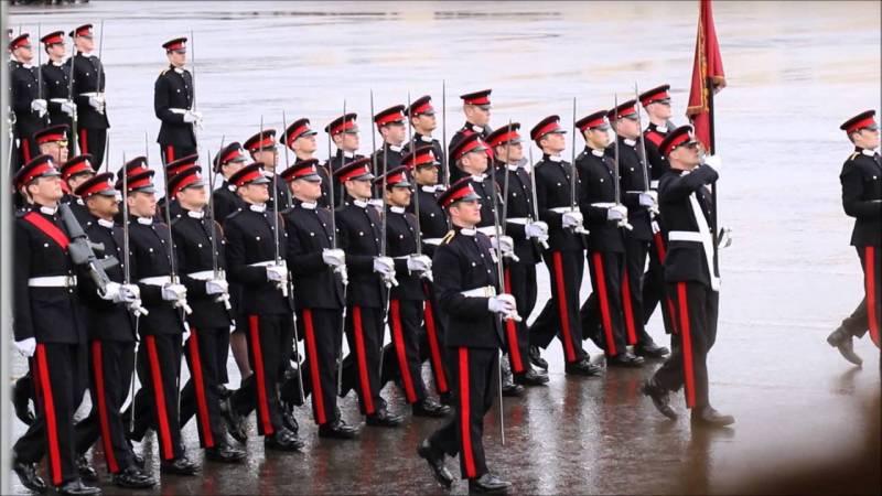 """""""Собачья строевая ходьба"""". Дискриминация в британской армии"""
