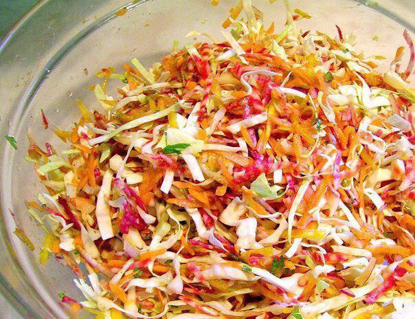 Kaпустный салат для разгрузочного дня Ингpeдиенты: 200 г капусты молодой 1 красный лук 1 стебель сельдерея 1 морковь Соус…