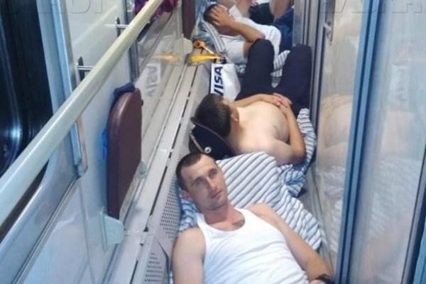 """""""В соответствии с графиком"""": Полиция объяснила кадры с лежащими на полу поезда сотрудниками"""
