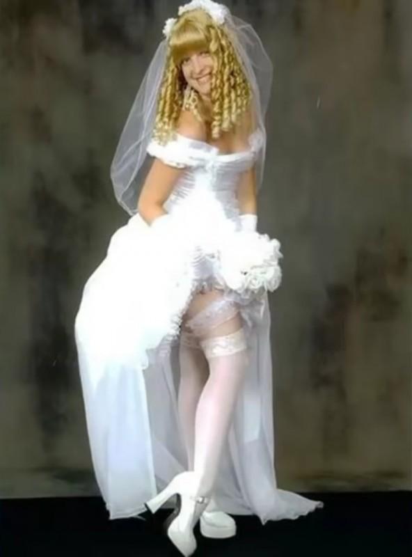 5. Когда-то давно она приняла комплимент «куколка» слишком близко к сердцу невесты, свадебное платье