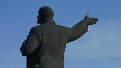 В Москве неизвестные сбросили памятник Ленину