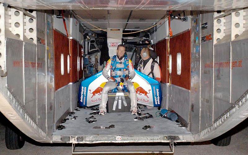 1297 Феликс Баумгартнер готовится к прыжку из космоса
