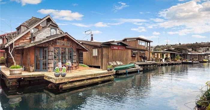 С виду неказистый плавучий дом внутри оказался дизайнерским шедевром