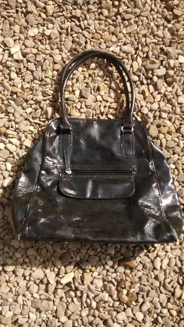 На гальке лежала женская сумочка… Кто-то подобрал её, в надежде найти деньги, но нашёл нечто большее