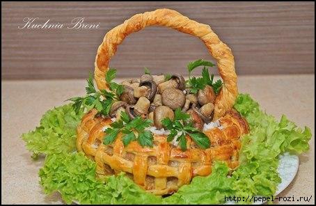 Царская корзина из слоеного теста с мясом, рисом и грибами