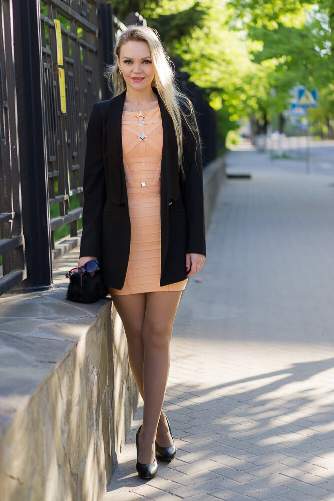 Девушка в блейзере и бандажном платье. /Фото: victoriatimokhina.com