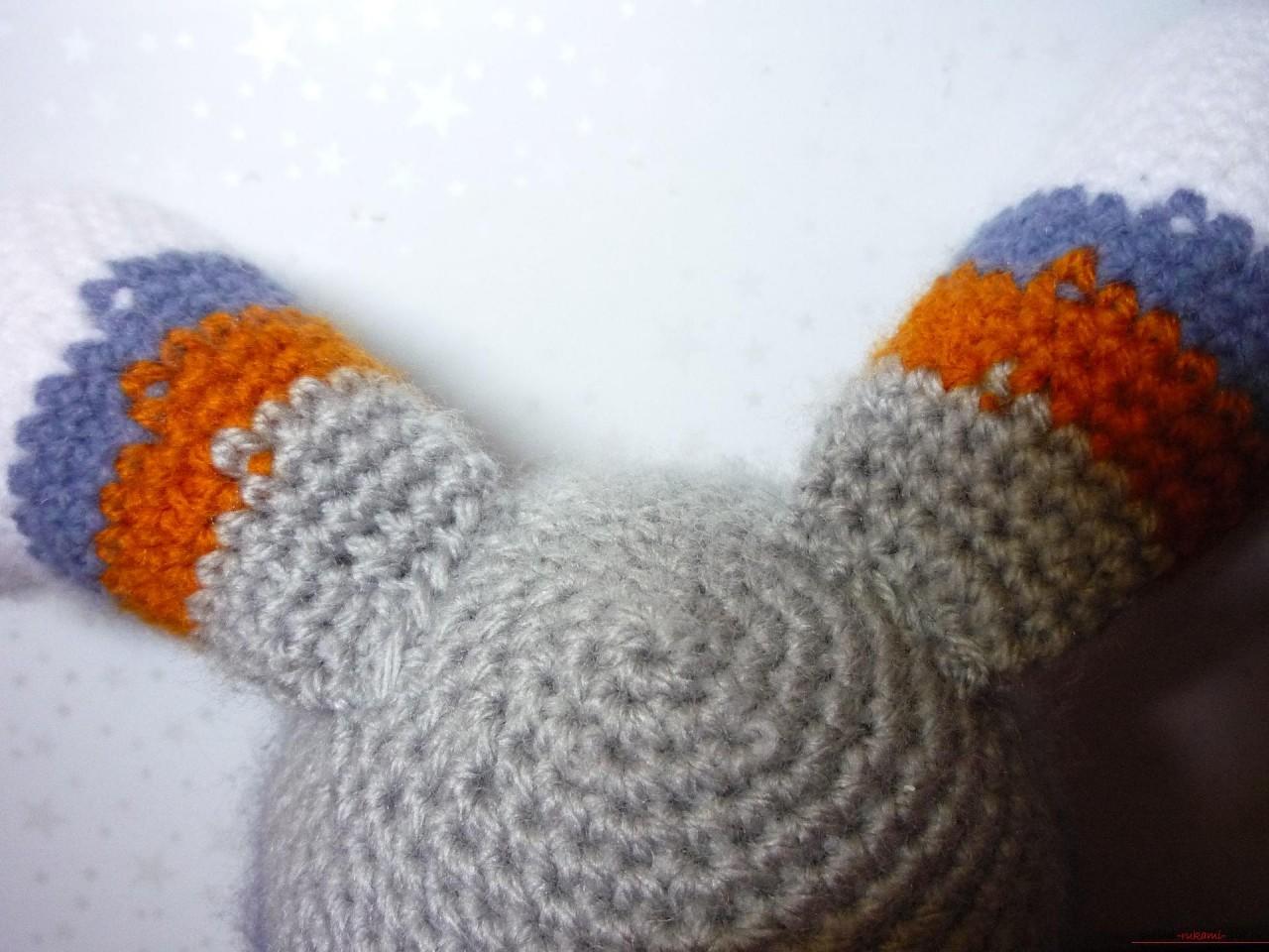 По нашему подробному мастер-классу вязания крючком игрушки получается полосатый вязаный кот.. Фото №19