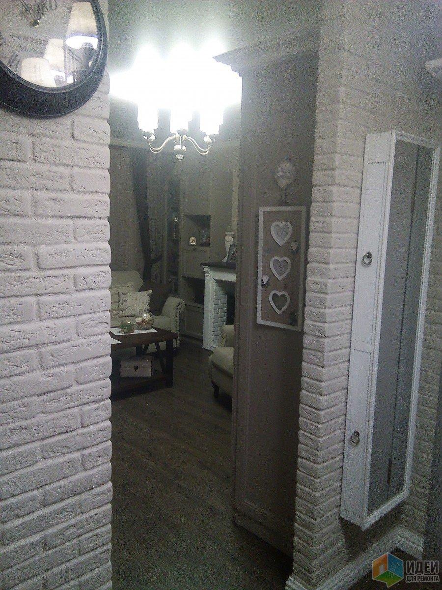 Дверей нет.Потолок в комнате,на кухне и прихожей-единым полотном.