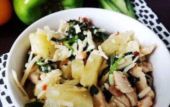 Горячий салат с курицей и шпинатом